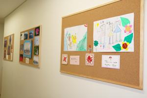 患者さんが撮影された写真や絵画などを展示しています