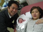生まれたばかりの赤ちゃんを抱っこしたパパとママの笑顔はとても素敵です